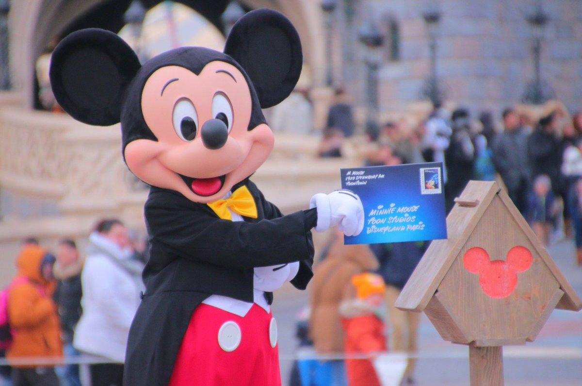 A l&#39;occasion d&#39;un shooting photo pour le 25e anniversaire, le nouveau Mickey a fait sa première apparition publique à #DisneylandParis ! <br>http://pic.twitter.com/hlhmWWNFrd
