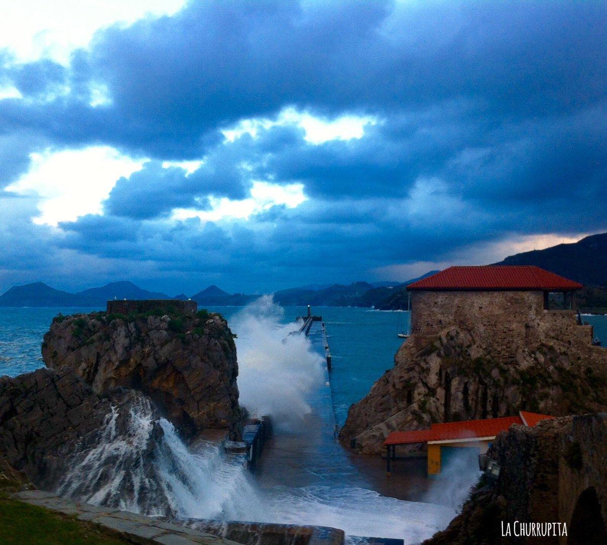 Con &quot;Malamar&quot; cielos raros y el arco iris, inaugurábamos esta tarde la temporada de olas y marejadas en #CastroUrdiales #Cantabria <br>http://pic.twitter.com/w738SNYyCQ