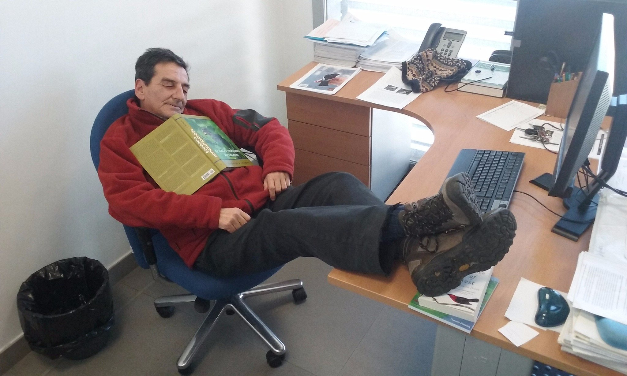 #PeopleWhoFellAsleepReadingMyBook Jaime Potti - while taking a break from pondering pied flycatchers. https://t.co/2znZEUbsuc