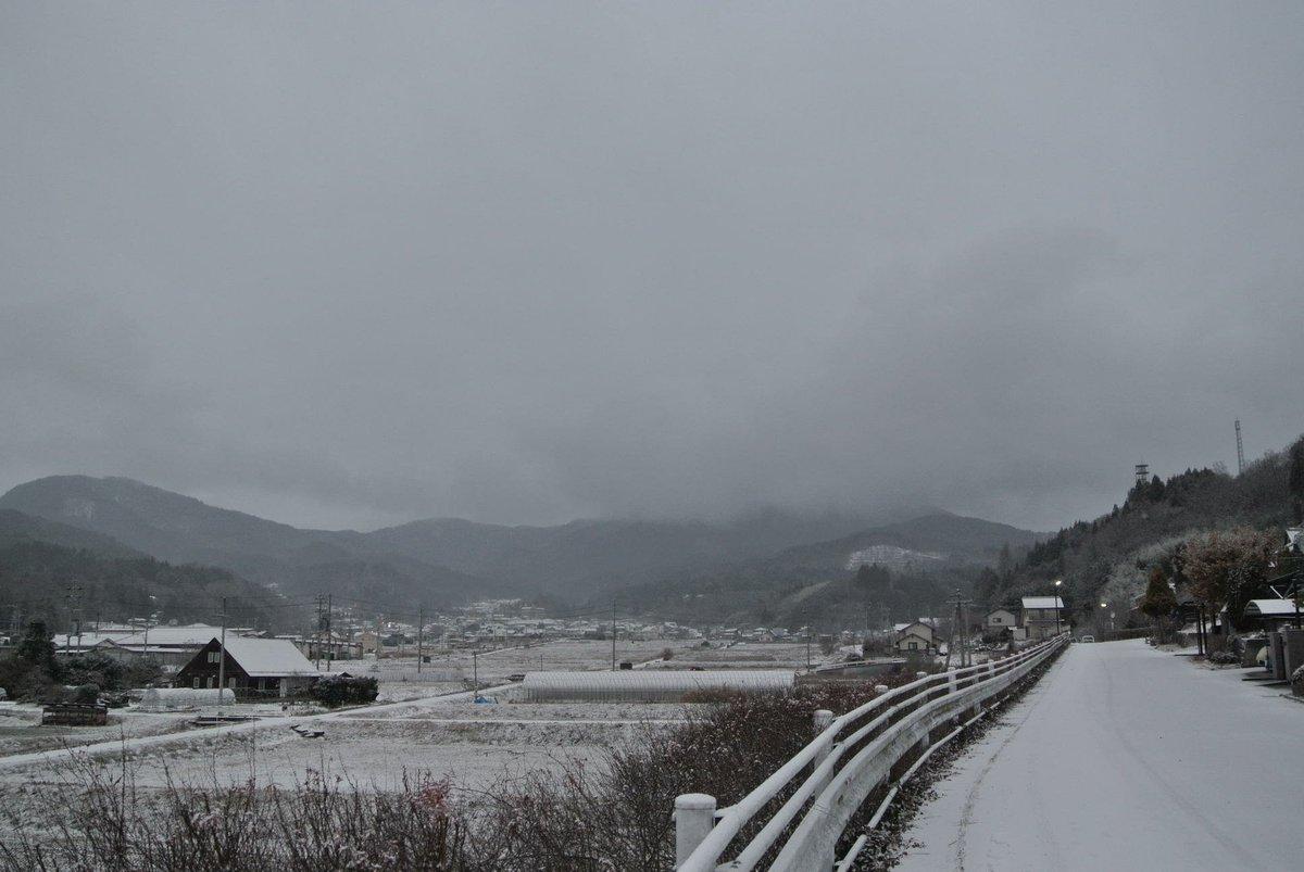 おはようございます。横町と長和町の豊受大神宮で、おたやまつりが行われえる上田地域の朝は、細かい雪が降り続いています。先ほども上田電鉄が力強く、坂道を上がっていきました。 受験生の皆さん、今日明日、どうかご安全に!! https://t.co/iVQxs1MXti