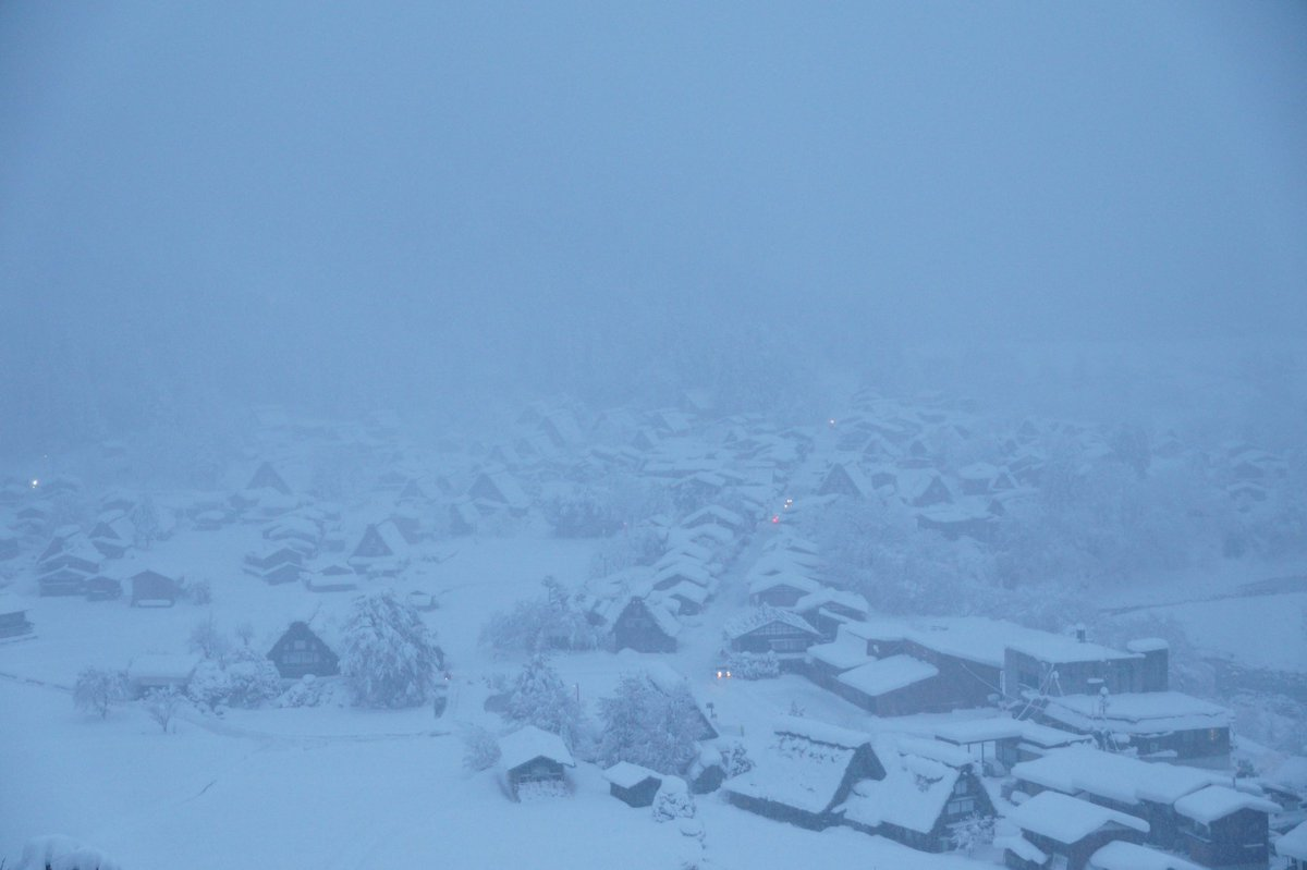 雪で白く染まった白川郷 https://t.co/M5vjGC8IZY