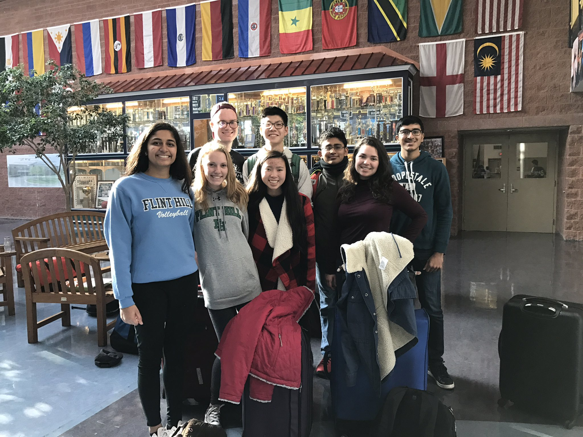Spanish students ready to head to the airport on way  to Barcelona! ¡Buen viaje! #myflinthill https://t.co/tohJkOODtl