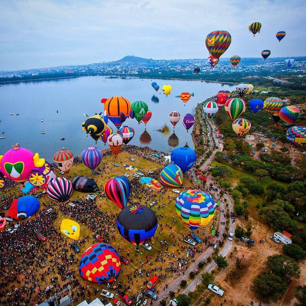 Balloons gather altitude in Leon at the Globo Festival. #globo #balloons #leon #mexico  http:// j.mp/2jOA24U  &nbsp;  <br>http://pic.twitter.com/H7yBdpSV6I