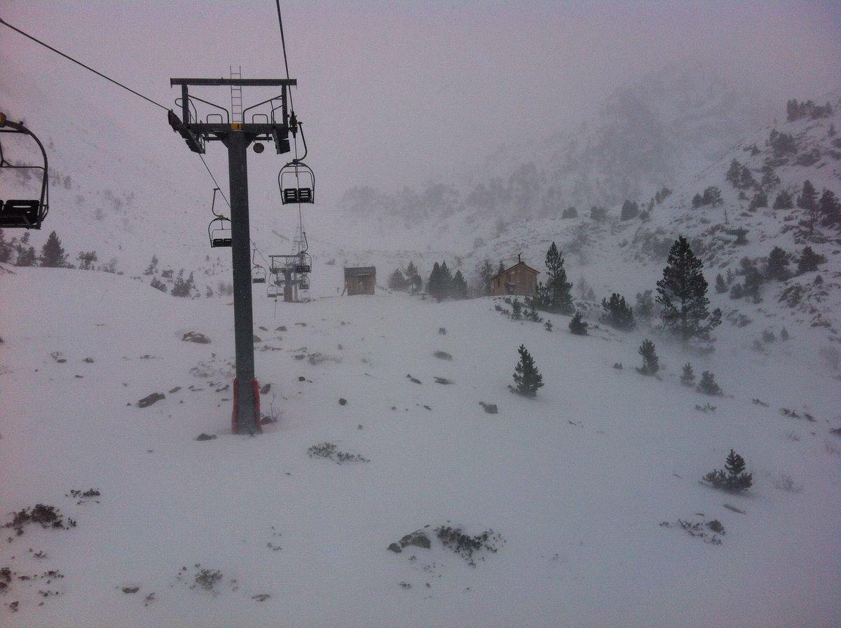 Dia d'obertura amb 15 cm de neu nova. Us recomanem l'ús de cadenes en el trajecte de Tavascan a l'Estació.