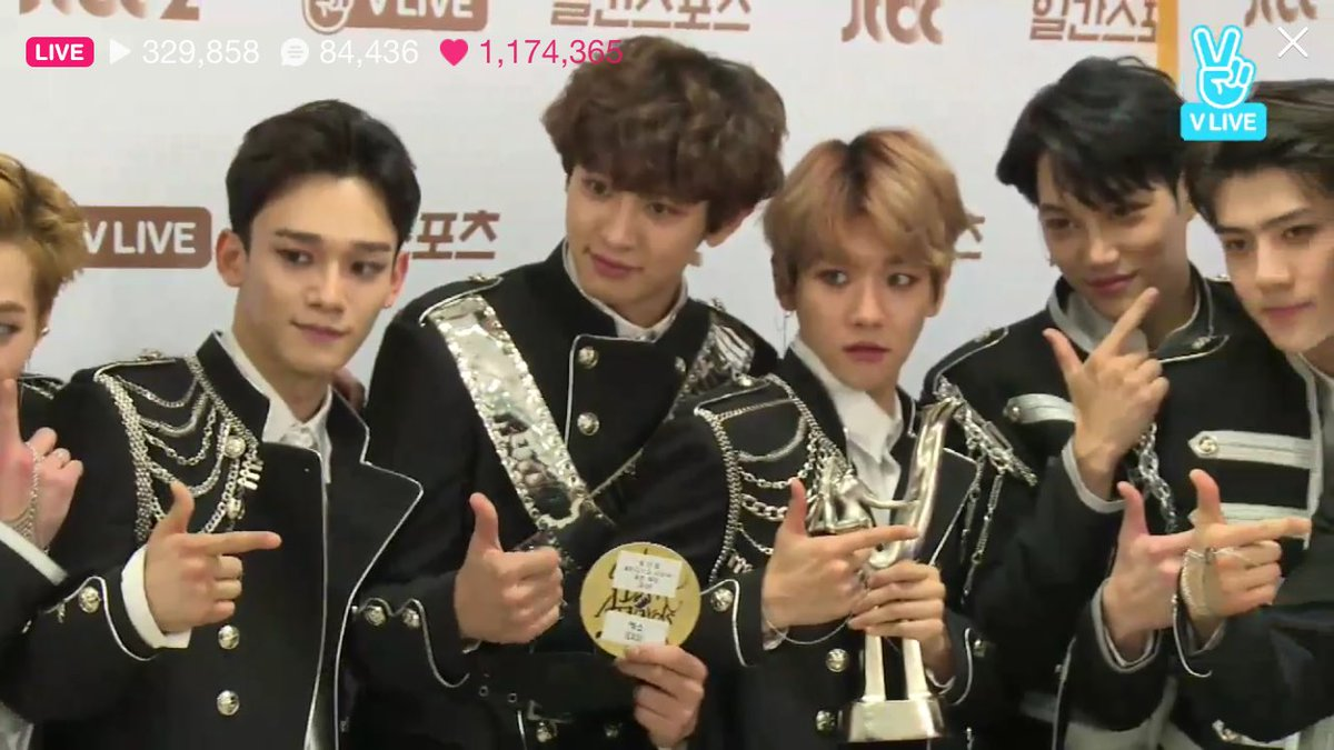 LOOK AT CHANBAEK BEING SO CLOSE TO EACH OTHER COMPLETELY INVADING EACH OTHERS SPACE OMFG