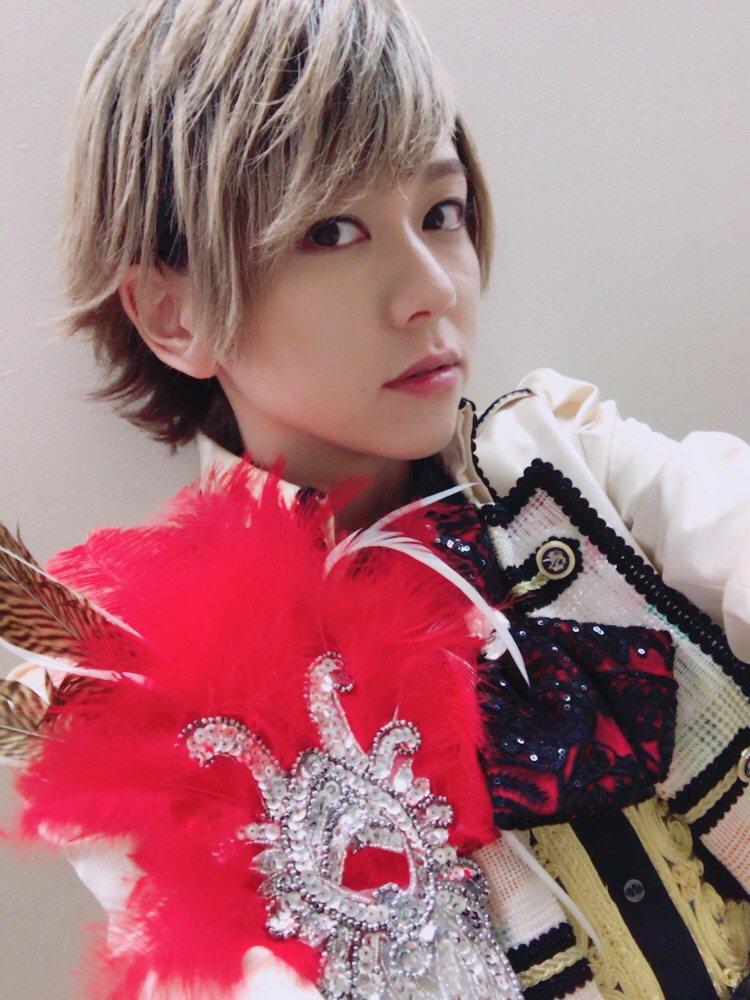 白いジャケットに赤い羽根のついた衣装で自撮りをする風男塾での虎南有香