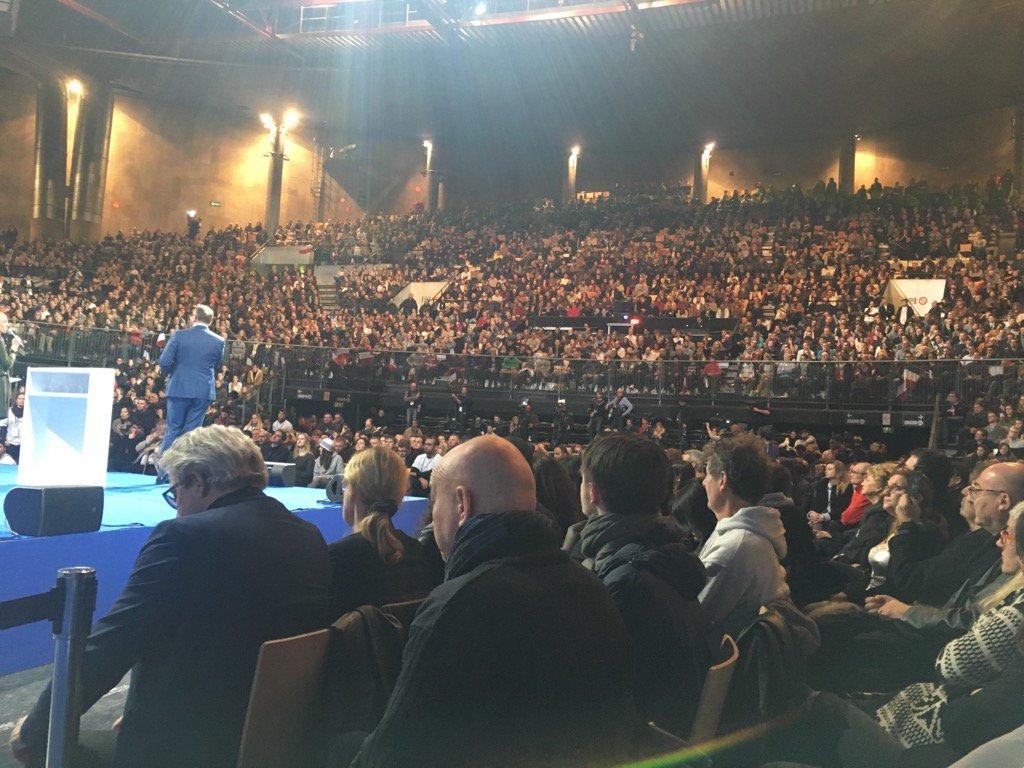 Le meeting d&#39;@EmmanuelMacron de Lille déborde :) #EnMarche #macron2017 #Presidentielle2017 #Lille<br>http://pic.twitter.com/VCASZOdOC8