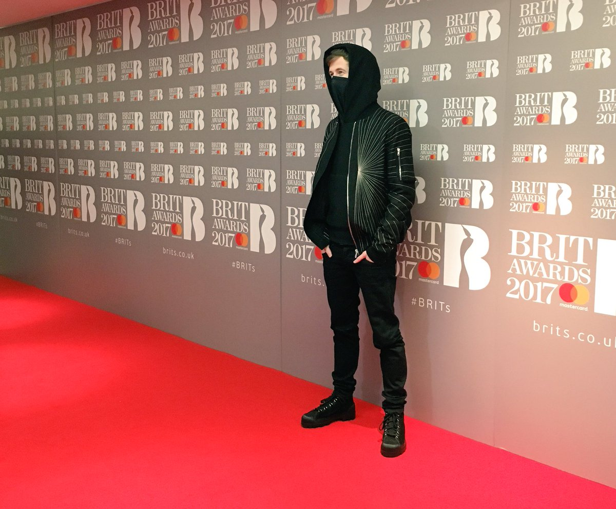 Oh hey there @IAmAlanWalker 👋 welcome to the #BRITs Nominations Red Carpet!