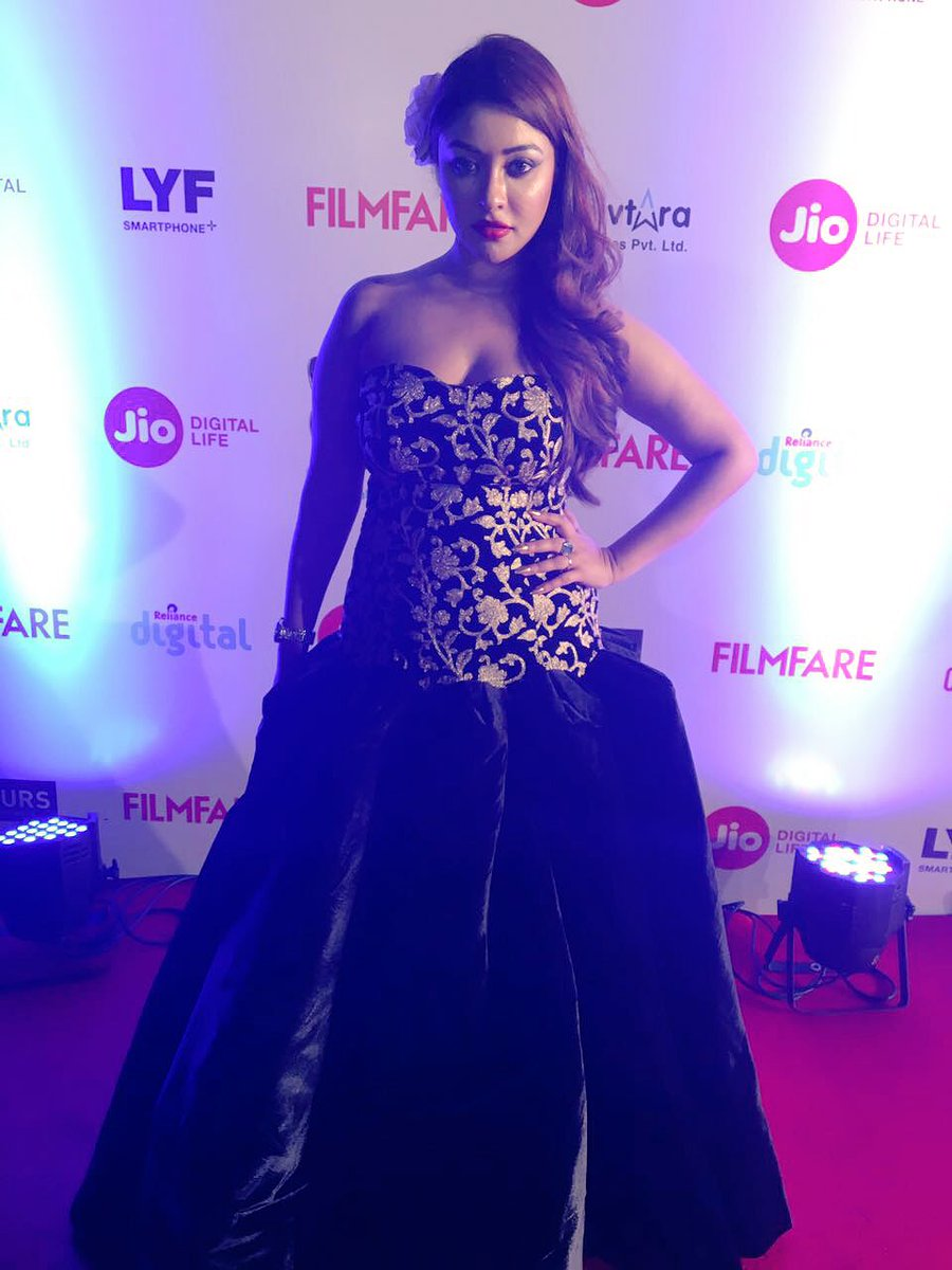 Wearing a regal zardosi outfit, @iampayalghosh strikes a pose on the #JioFilmfareAwards red carpet. https://t.co/C1nooq2hK7