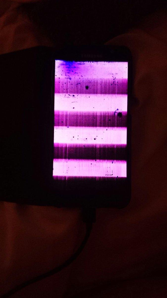 &quot;Le #Samsung Galaxy S7 résiste à 1,5 mètre de profondeur sous l&#39;eau durant 30 minutes.&quot; Well le voici après 30 secondes à 30cm. #vdm<br>http://pic.twitter.com/WBCV9whvEn