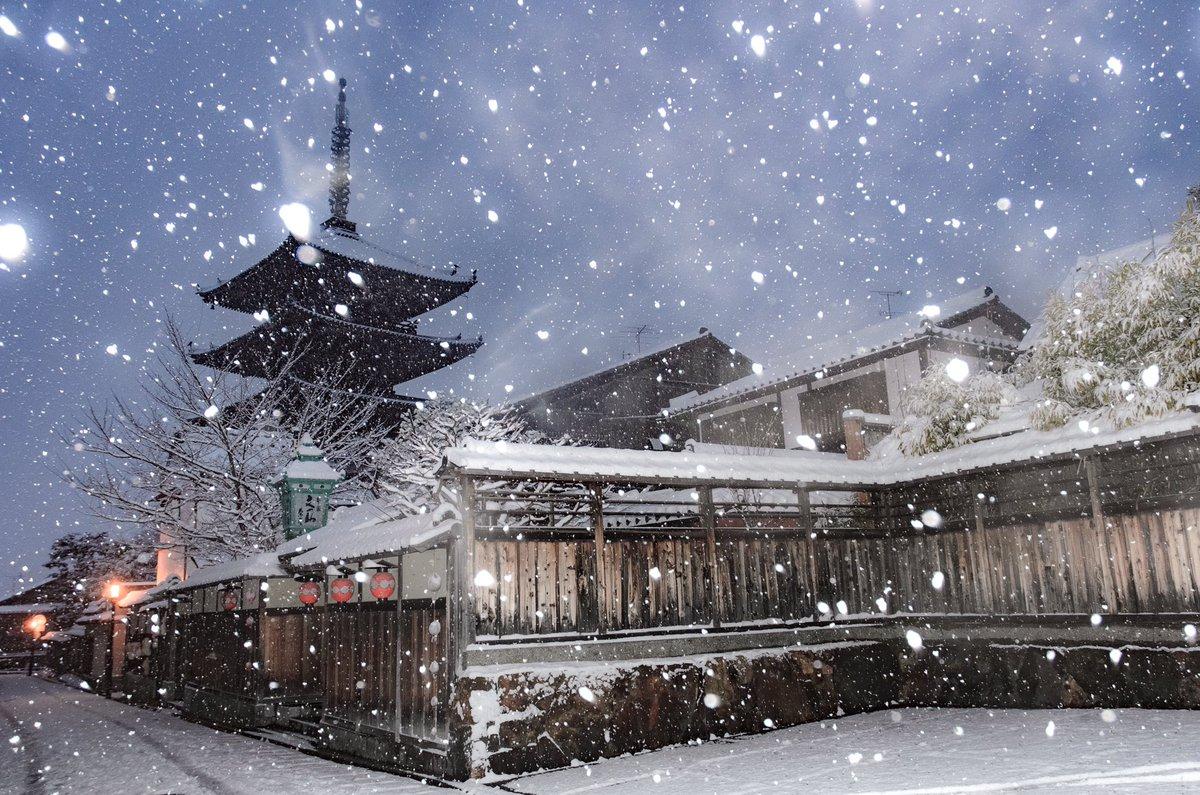 雪の古都今期一番の寒波よりもたらされた雪により、本日の京都は大変幻想的な雰囲気でした pic.twitter.com/HY75zJDeOX