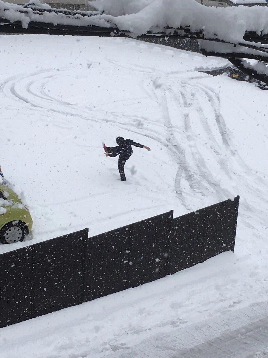どうしてこうなった?人が滑ってこけた瞬間を撮った結果www