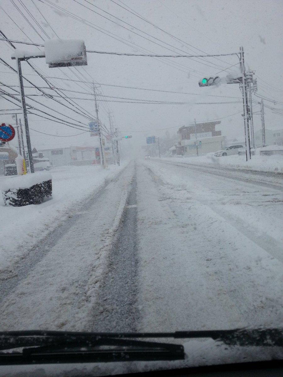 1/15 AM10:00頃の三重県いなべ市員弁庁舎辺り。厚雪でスタッドレスでもハンドルガタガタとられました。神経使いすぎます。 https://t.co/c97tIeKguP
