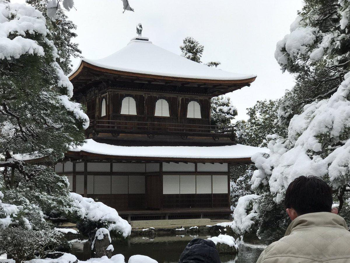 雪の銀閣寺。 さっき青空も見えてたので、金閣寺もきれいだったかも。 https://t.co/MA3stOuU9z
