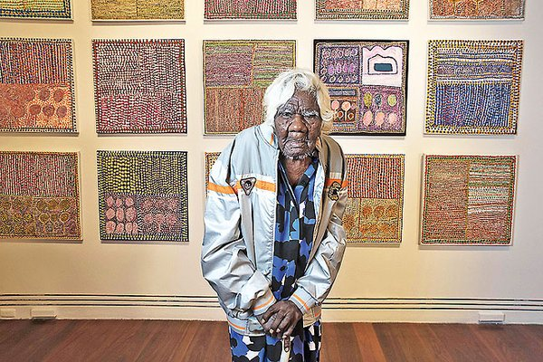 australian aboriginal artist loongkoonan started painting at 95 pictured exhibiting her work age 105 womensart