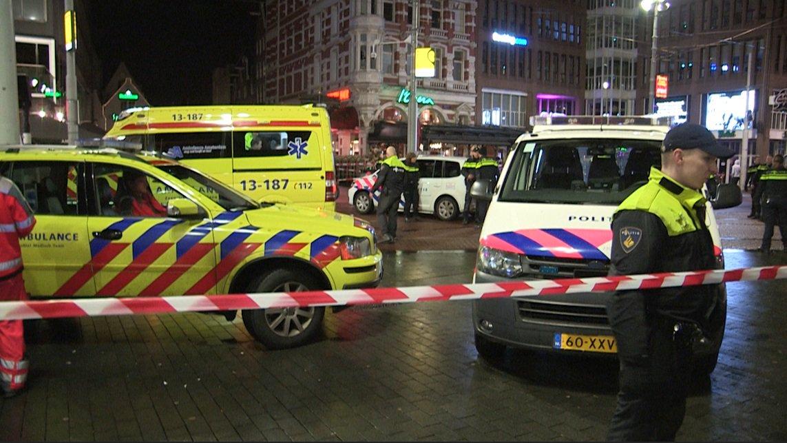#PaysBas&quot;Un policier a subi des blessures mineures après avoir été poignardé à #Rembrandtplein,motif inconnu.&quot; #Amsterdam #Attaque<br>http://pic.twitter.com/UyUIozjKch