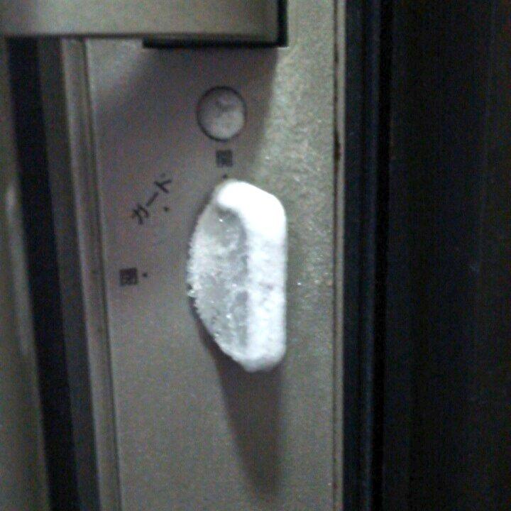 玄関の内側が凍りつく、それが北海道 pic.twitter.com/zzH19IdteF
