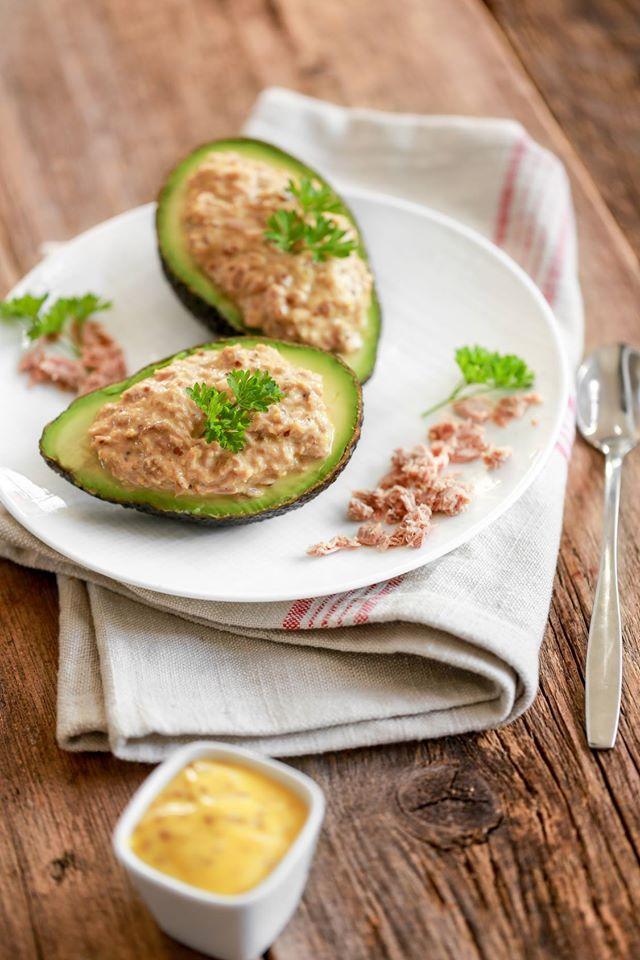 Avocat au thon  http://www. cuisine-et-mets.com/entrees-froide s-et-chaudes/legumes-et-crudites/avocat-farci.html &nbsp; …  Une petite entrée classique et sympathique. #recettes #cuisine <br>http://pic.twitter.com/COGzLyvbI3