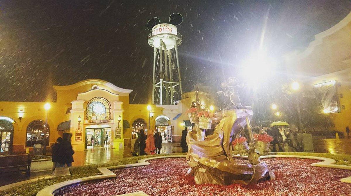 La neige s&#39;est invitée sur #DisneylandParis en cette froide soirée d&#39;hiver ! <br>http://pic.twitter.com/fX3qiQhYR7