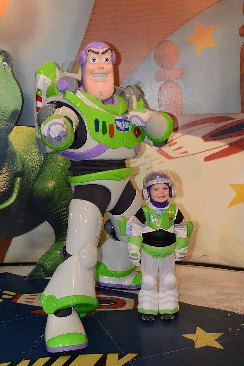 That moment when Buzz Lightyear meets #BuzzLightyear at @WaltDisneyWorld @ofctimallen @DisneyPhotoPass <br>http://pic.twitter.com/eEmsNczlei