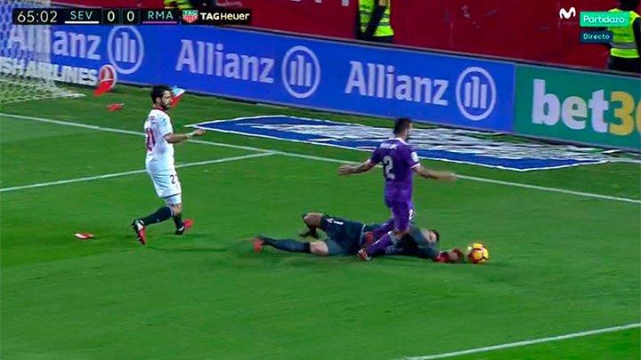Esta es la acción en la que el árbitro ha señalado penalti de Sergio R...