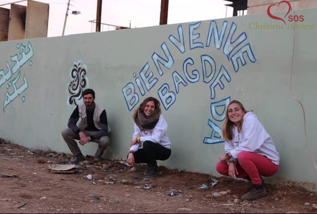 #Qaraqosh, les habitants avec @SOSCdOrient #Irak participent à repeindre les murs tagués de la shahâda par #Daesh ! #comeback #renaissance<br>http://pic.twitter.com/LVmBOziXMG