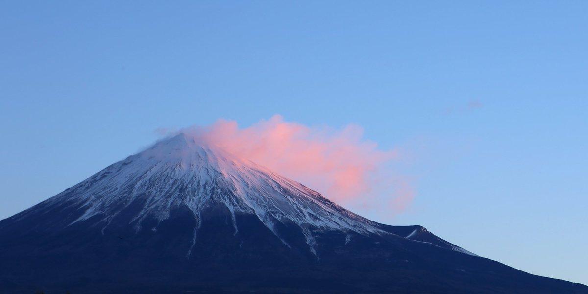 紅の衣のような雲(^-^) RT @mt3776fujisan: 今朝の富士山  #fujisan #富士山  1/16 2017 https://t.co/s5V2rL2RLC
