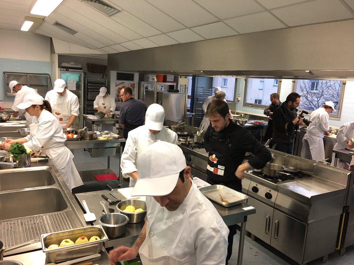 Pour la 1ère fois en France #PoleEmploi @PE_Bayeux organise un concours de #cuisine pour aider à la recherche d&#39;emploi @RTLFrance<br>http://pic.twitter.com/302oskwmxg