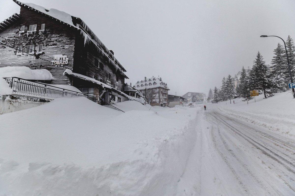 Desde #Candanchu, superzuri nos trae estas fotos en directo del paquetón que está cayendo!!! ❄️❄️😍 https://t.co/krixyxb9wk (via @nevasport)