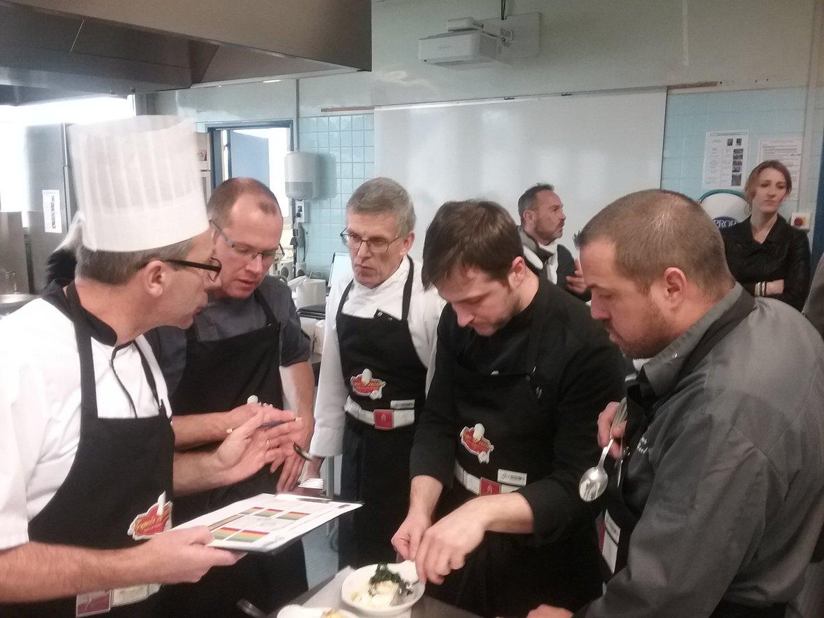 #LT #toquesdecuisine #bayeux #cuisine après 3h d&#39;épreuve, c&#39;est l&#39;heure pour le jury de goûter les plats des 10 candidtas! <br>http://pic.twitter.com/BIVspiyfyD
