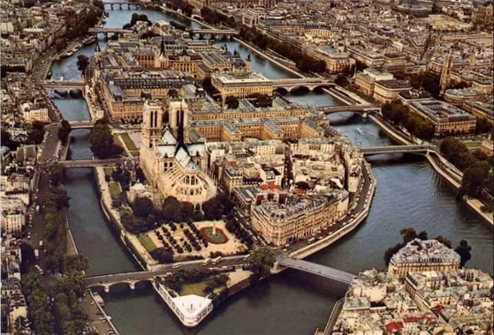 L&#39;Ile de la Cité avec @notredameparis ...mais de haut ! #tourisme #France #tourism #Paris #turismo<br>http://pic.twitter.com/s4GZHqYSzN