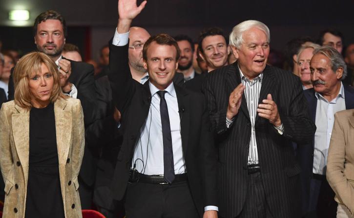 @EmmanuelMacron peut compter sur un soutien supplémentaire le sénateur maire @J_C_Boulard . #EnMarche #YesWeWalk    http:// m.lemainelibre.fr/actualite/poli tique-le-senateur-maire-ps-jean-claude-boulard-soutient-emmanuel-macron-16-01-2017-179664 &nbsp; … <br>http://pic.twitter.com/aWAZtC4bTk