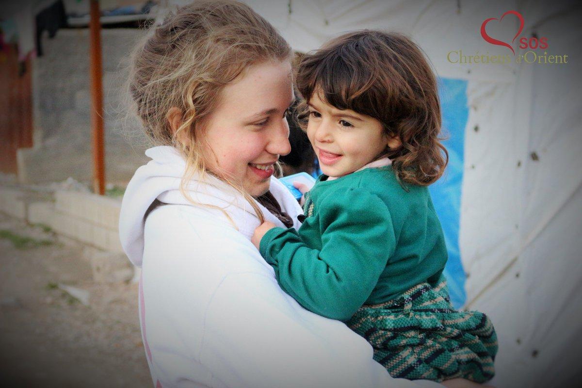 #Irak un beau moment de partage entre volontaires #SOSCDO et déplacés lors d&#39;une donation dans un camp #yezidis<br>http://pic.twitter.com/bWrvERhwj9