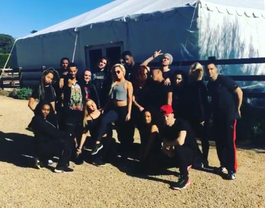 Installation d&#39;une tente pour les répétitions dans le ranch de Lady Gaga. Moins de 3 semaines avant le grand show ! #SuperBowl  <br>http://pic.twitter.com/KEpS6tnXgp