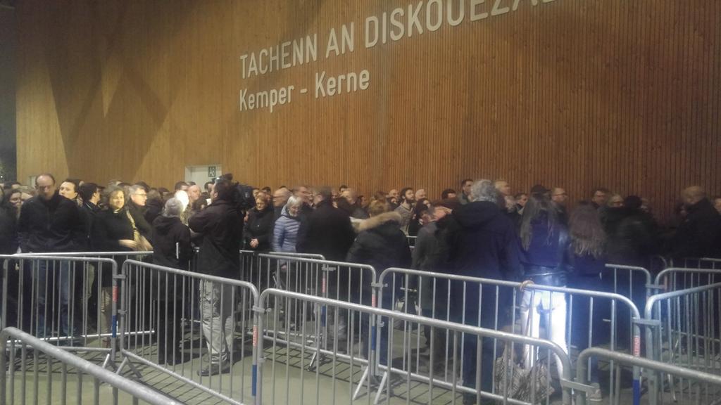 Affluence monstre à Quimper pour le meeting d&#39;Emmanuel #Macron  1000 personnes ne pourront pas rentrer #MacronQuimper @itele<br>http://pic.twitter.com/Q79fOzmoEx