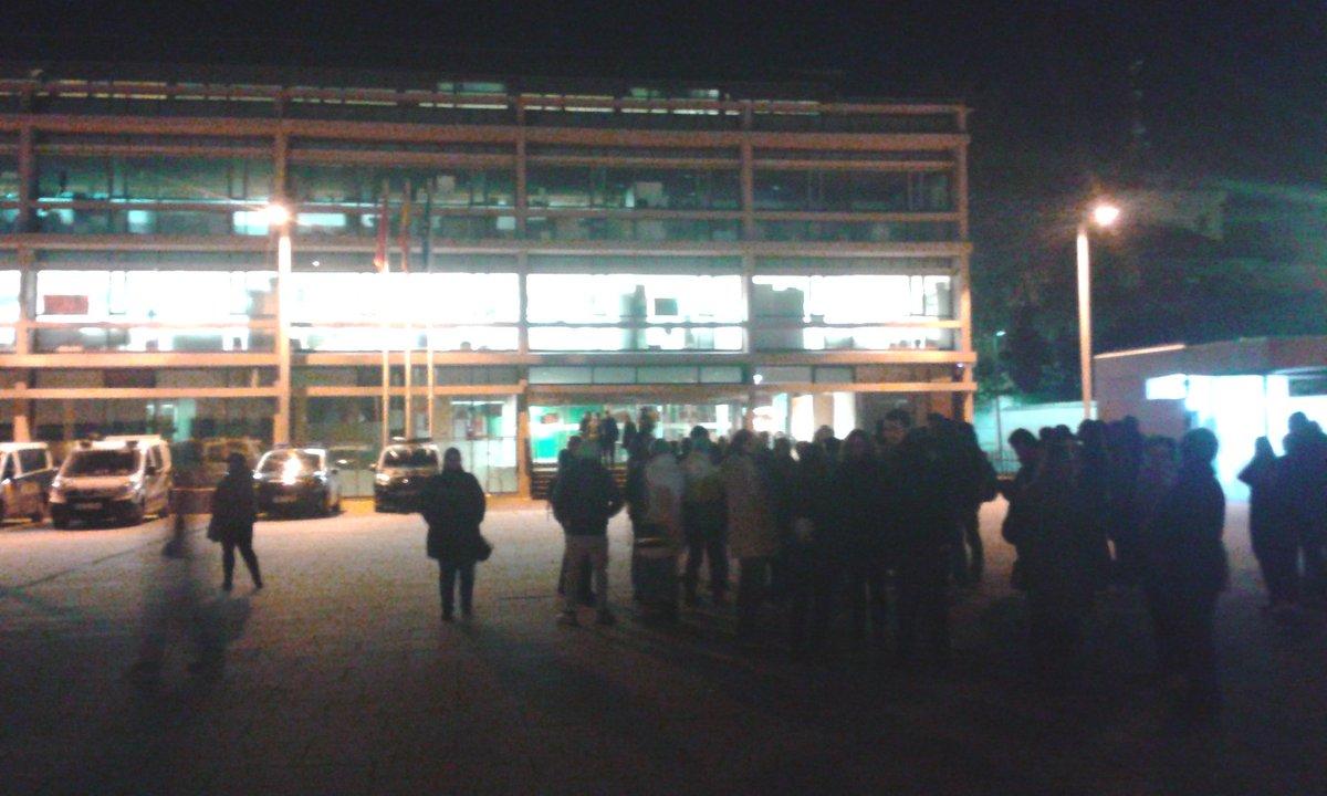 Seguimos frente a los juzgados d #AlcaláDeHenares esperando la #LibertadDetenidosPAH ¡YA! #StopDesahucios<br>http://pic.twitter.com/KifFDoCEKH
