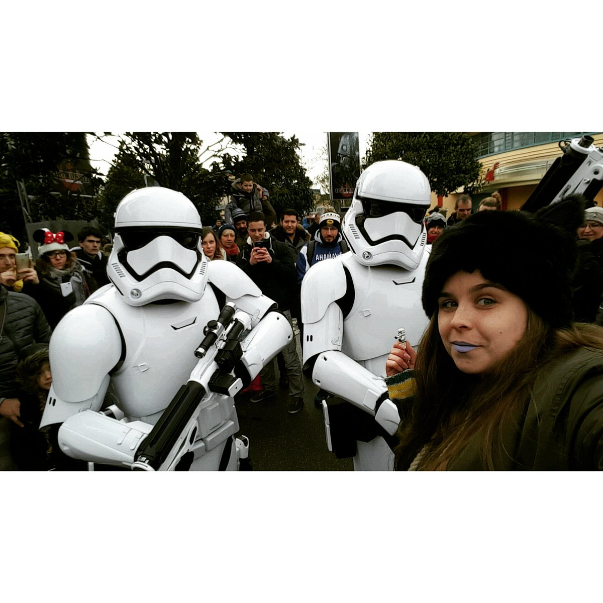 Petit Selfie avec 2 #Stormtrooper  #FaceTheForce @DisneylandParis<br>http://pic.twitter.com/UiDyoYV8OF