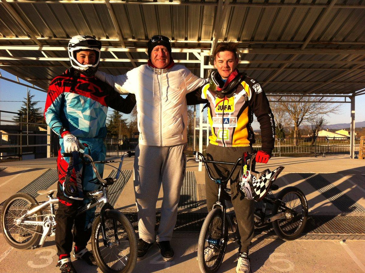 1er coach du #BMXPernois toujours de passage avec ses pilotes étrangers sur la piste qui porte son nom #PHSauze #Coach #Perneslesfontaines<br>http://pic.twitter.com/YDiee3LNde