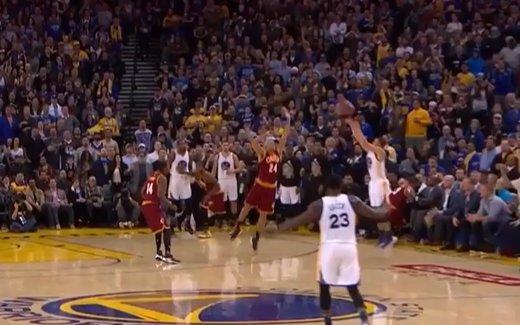 【影片】倒地仰天慶祝!Curry無視防守命中逆天壓哨三分