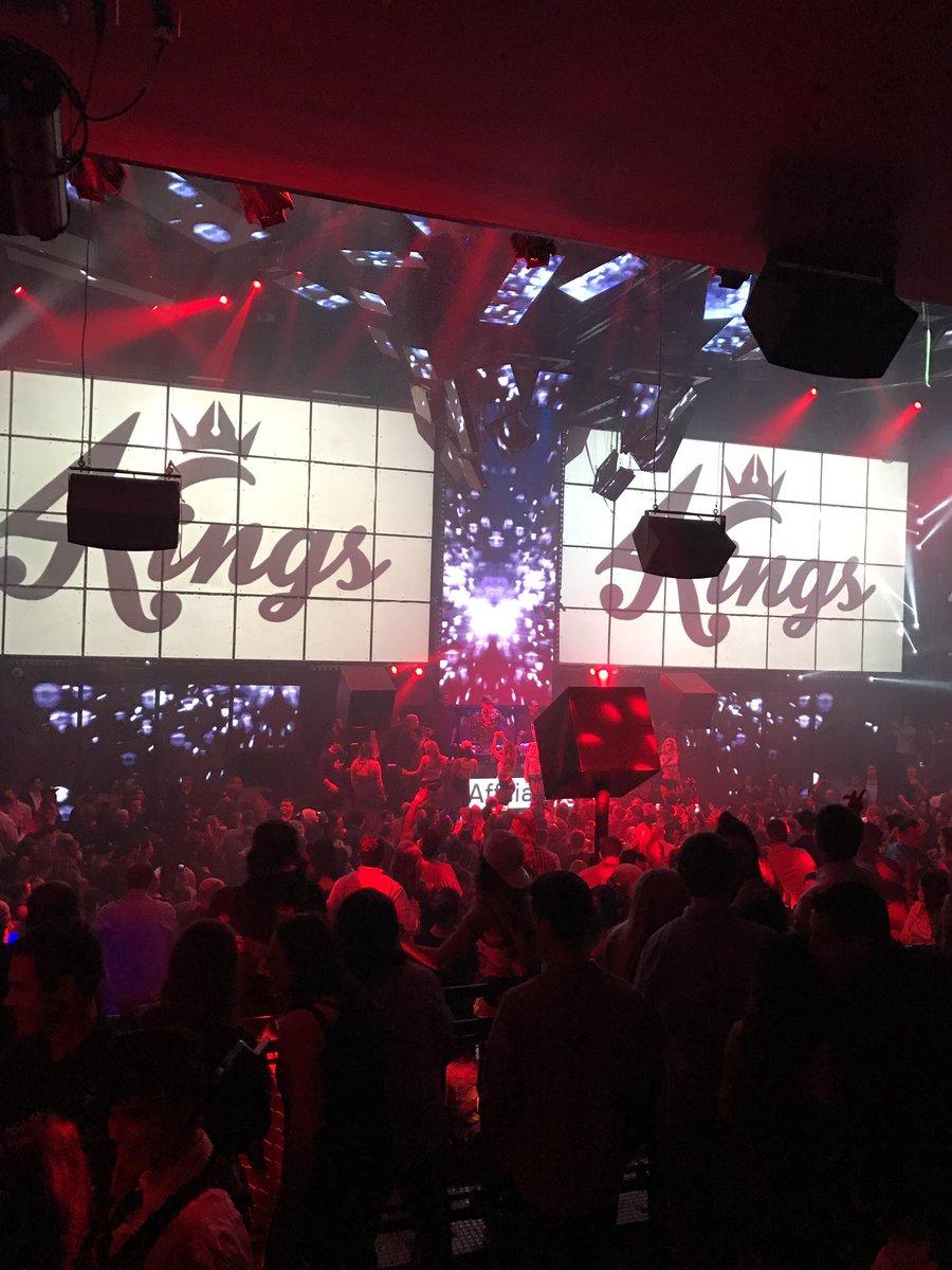 Tu fais quoi ce soir ? On se voit ?J&#39;peux pas, j&#39;ai @SnoopDogg au @MandalayBay à #LasVegas ...  <br>http://pic.twitter.com/9eWC1L9rzN