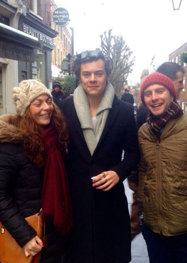 #NEW    Autre photo de Harry avec des fans à Londres !  • 15 Janvier 2017 (#2) <br>http://pic.twitter.com/JrjzH97FKq