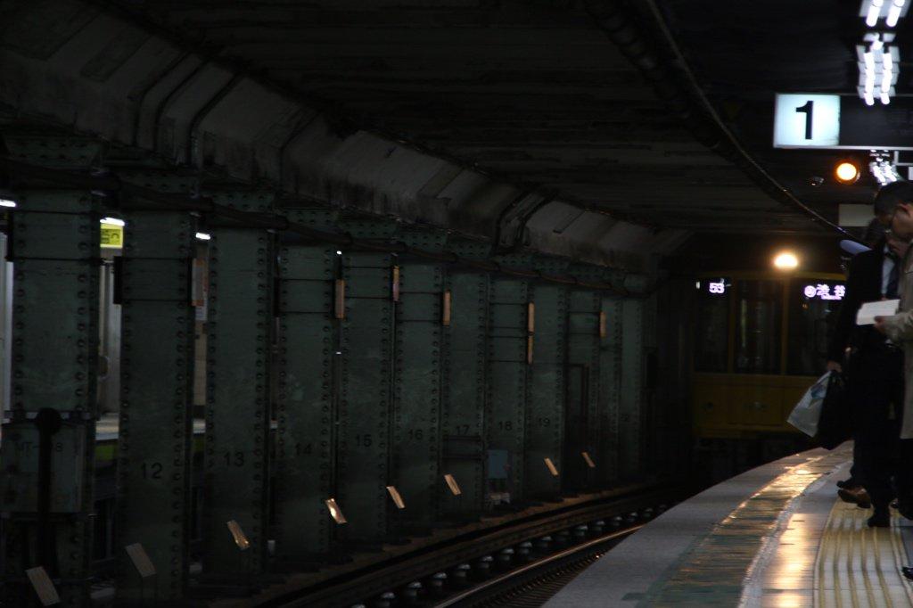 90年前開業の堅牢な地下駅に、90年前を再現した電車がやってきた。いなくなると思っていたオレンジ色のライトもまさかここで2本増えるなんて。 https://t.co/Wi17SgXpwY