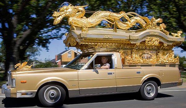 """""""Dragon wagon""""って何の事? と思ったら、「世界一クレイジーな霊柩車」として名高い、日本…"""