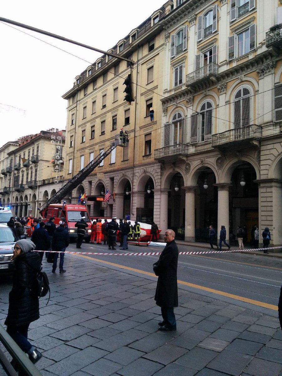 Torino, donna sale sul cornicione dell'hotel Diplomatico: salvata. Traffico bloccato https://t.co/Mfov05GsSq https://t.co/XZZUJLLa3w