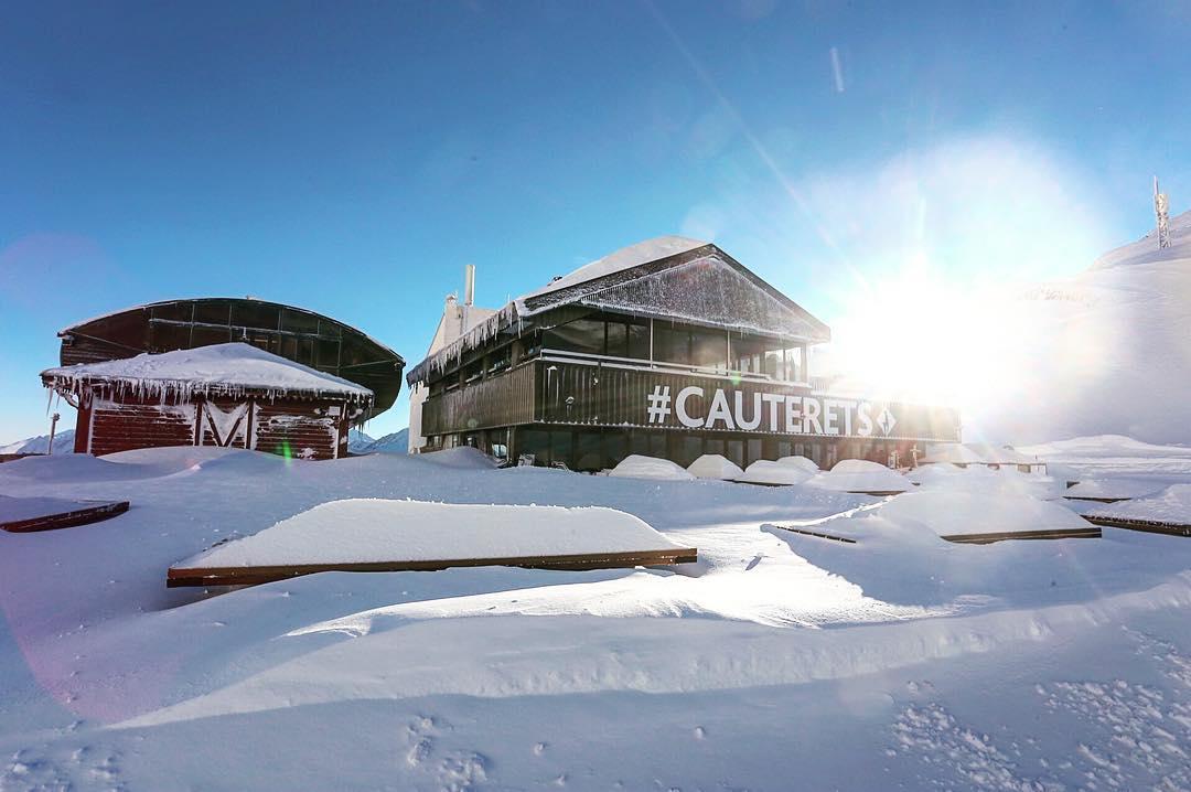 Con la salida del sol podemos ver el increíble aspecto con el que han quedado las estaciones del Pirineo Francés tras la nevada!!! 😍❄️🏂⛷️