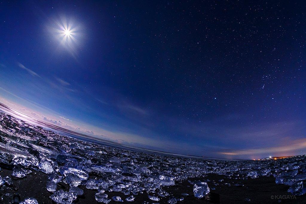 波に打ち上げられた無数の氷たち。 星と月の光を浴び、夜明けの空を映し、まるで天空の宝石のようでした。…