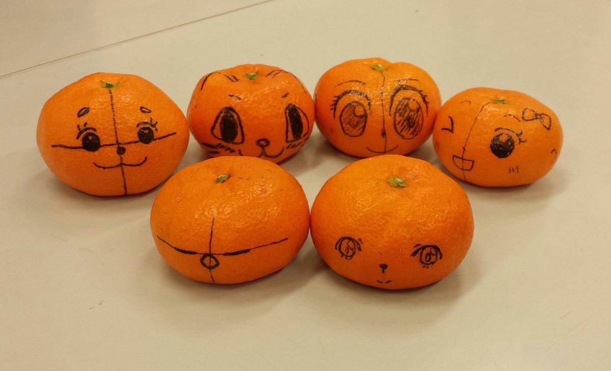 今日は「子供マンガ教室」の日。数年ぶりにミカンに顔描いた。これを手に持って見ながらうつ向き、あおり、ななめの顔を描く練習しました。 おはようございます。 https://t.co/tH3oadwhWX