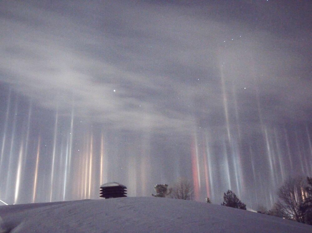 Le ciel canadien zébré d&#39;étranges lacérations multicolores #space #Auroraborealis #etranges   https://www. sciencesetavenir.fr/nature-environ nement/meteo/les-colonnes-de-lumiere-sont-un-surprenant-phenomene-optique-qui-survient-par-temps-froid_109769 &nbsp; … <br>http://pic.twitter.com/rqvPxatgvW