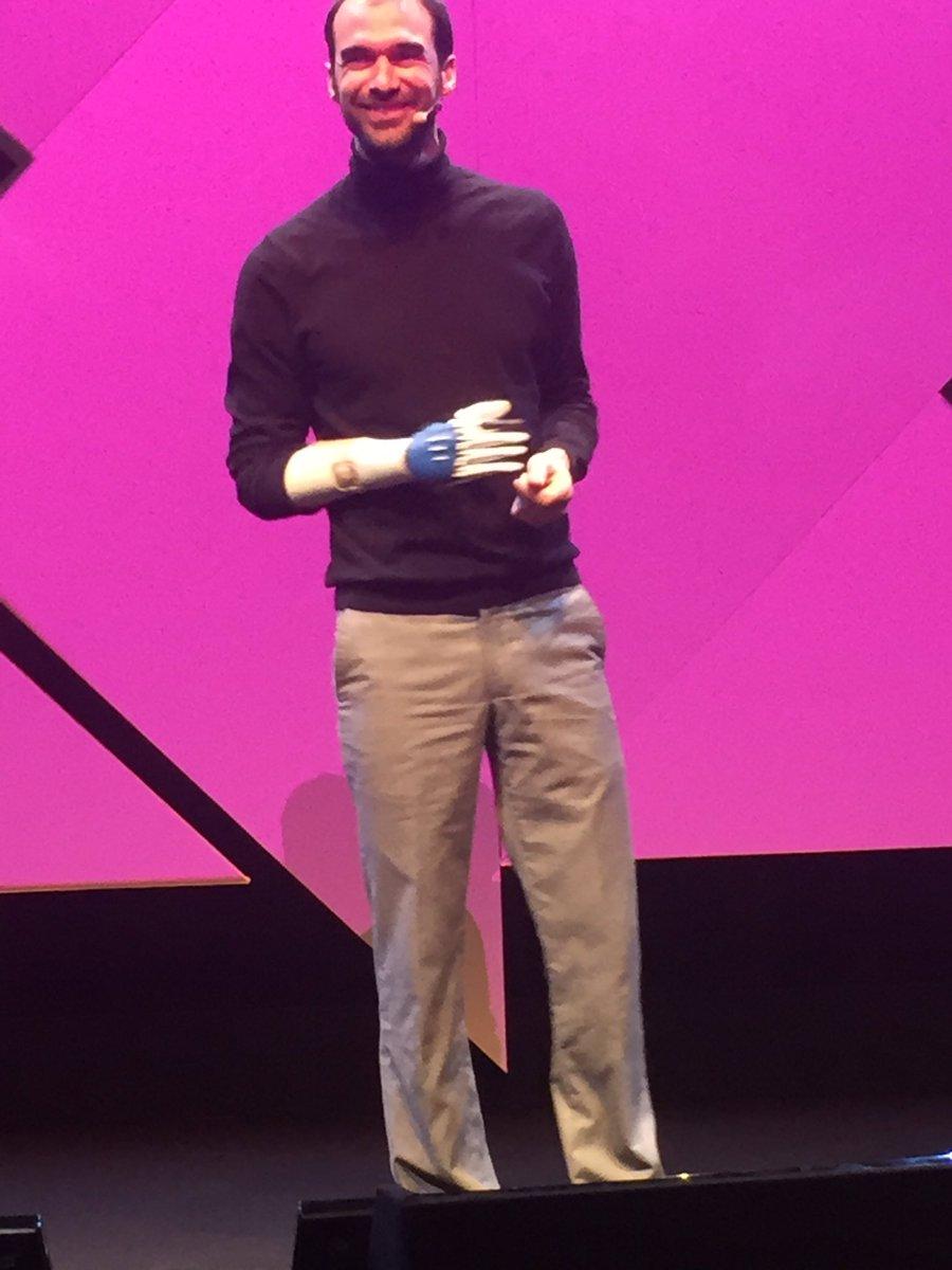 J&#39;ai créé ma #prothese de main grâce au #3Dprinting dans un #FabLab avec des schémas #opensource. Coût 300€ Nicolas Huchet @MyHumanKit #MK17<br>http://pic.twitter.com/2exPhRPGNl