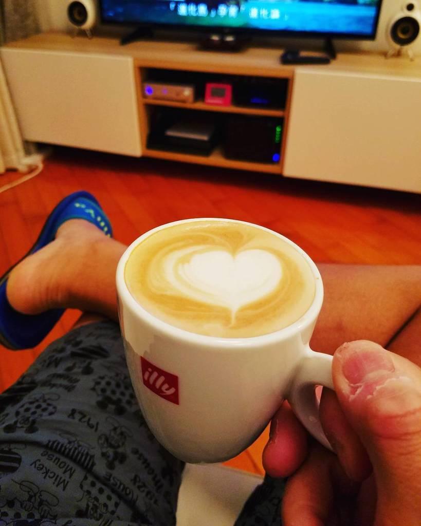 嗯,老婆仔出Trip 又冇客人上嚟飲咖啡  提早打烊  #CS_Cafe  #Latte #拍烏蠅 https://t.co/eslxJOzy6c https://t.co/IoPYjDtS7q